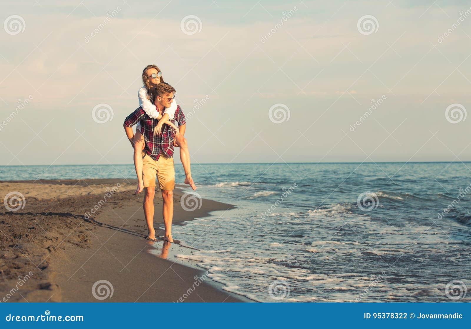 Glückliches Paar in der Liebe auf Strandsommerferien