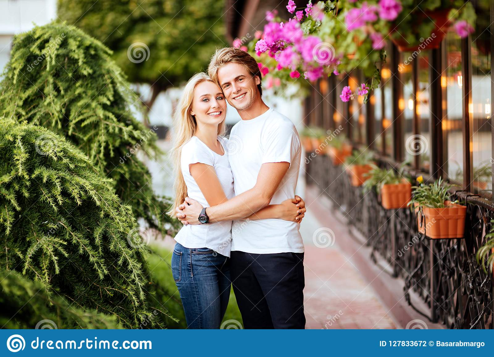 Glückliches Paar in der Liebe, die Spaß auf Straße hat