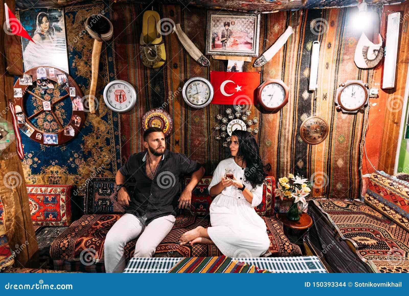 Glückliches Paar in der Türkei Mann und Frau im ?stlichen Land Ein Paar in den Liebesreisen Gl?ckliches Paar, das Tee trinkt Türk