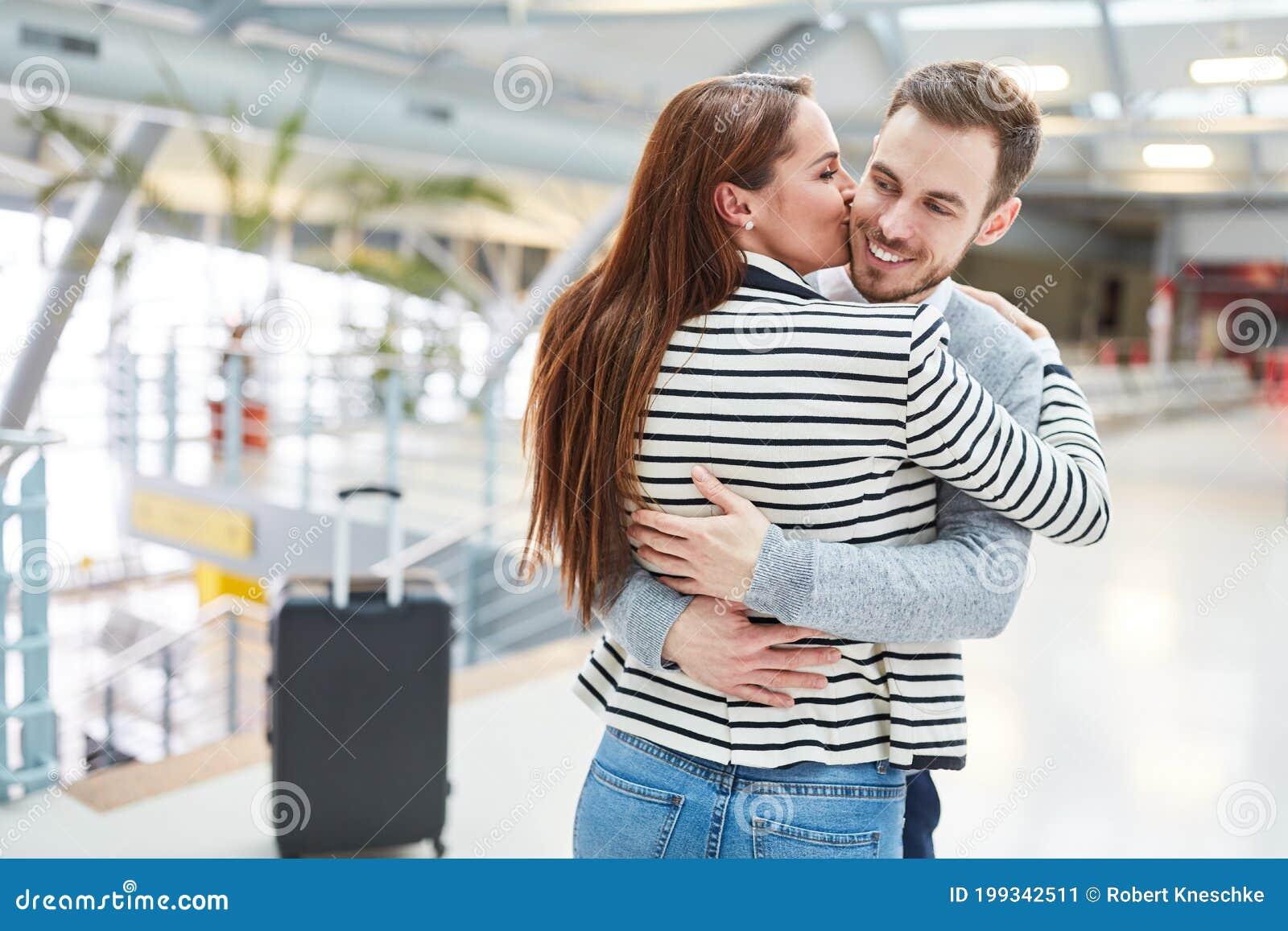 Glückliches Paar Gibt Einen Kuss Und Umarmt Sich Stockbild