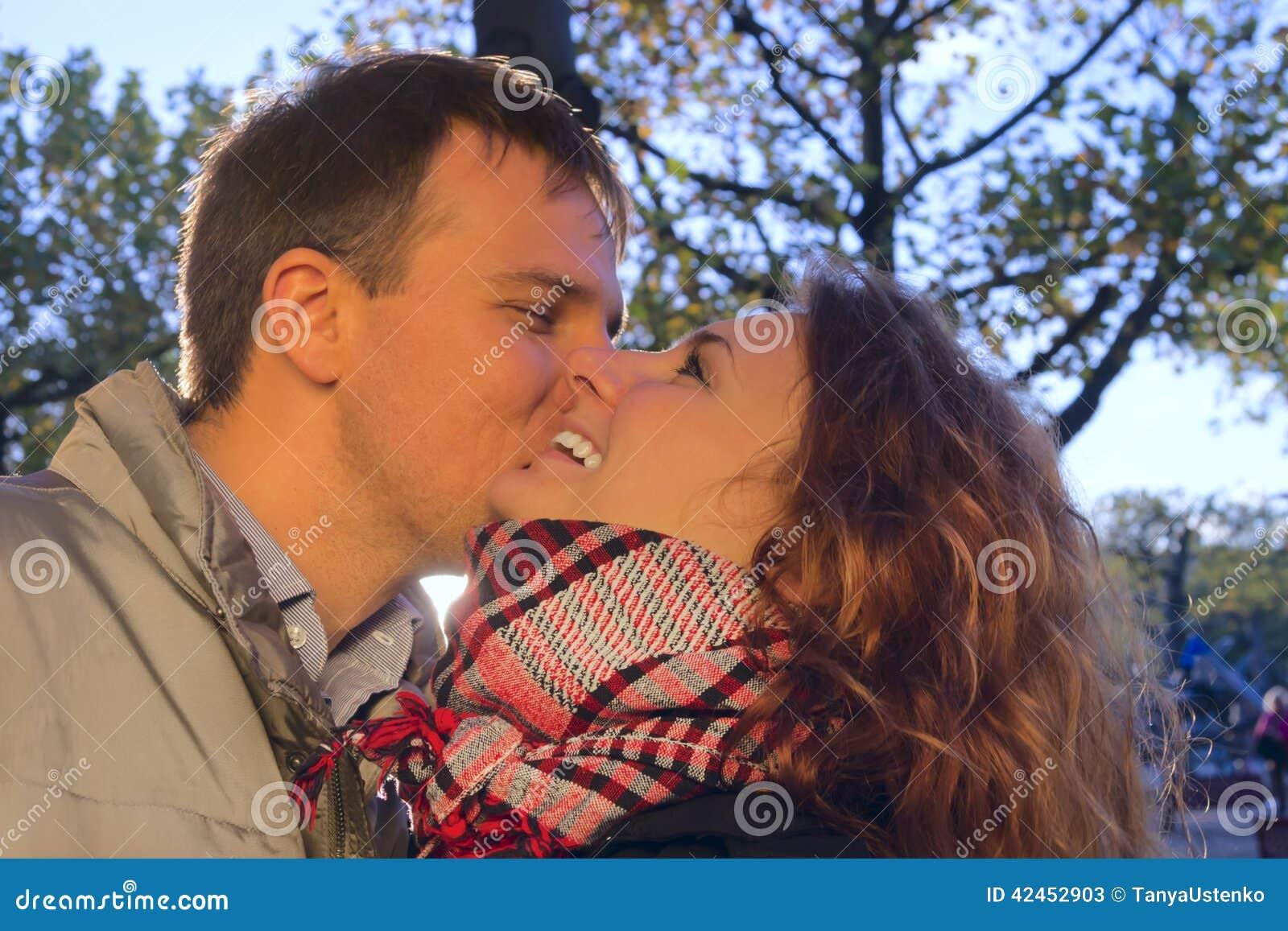Glückliches Paar im Freien in der Liebe