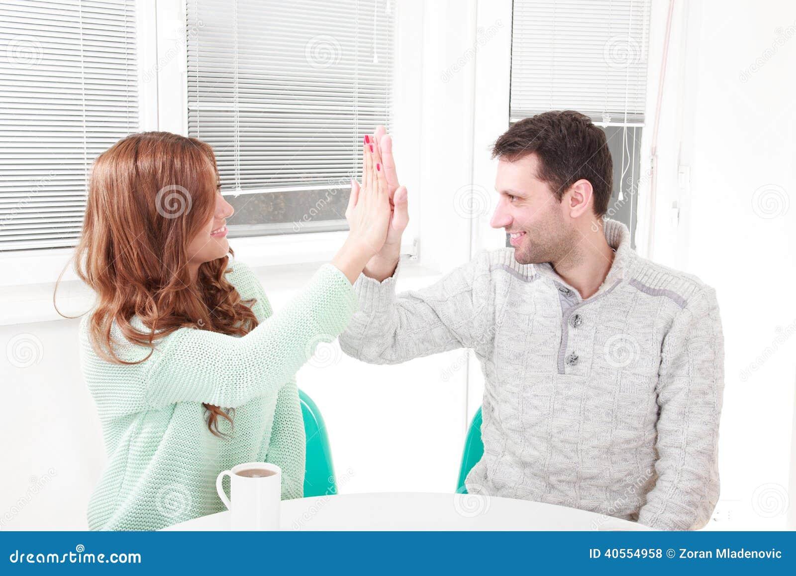 Glückliches Paar ist mit der Vereinbarung einverstanden