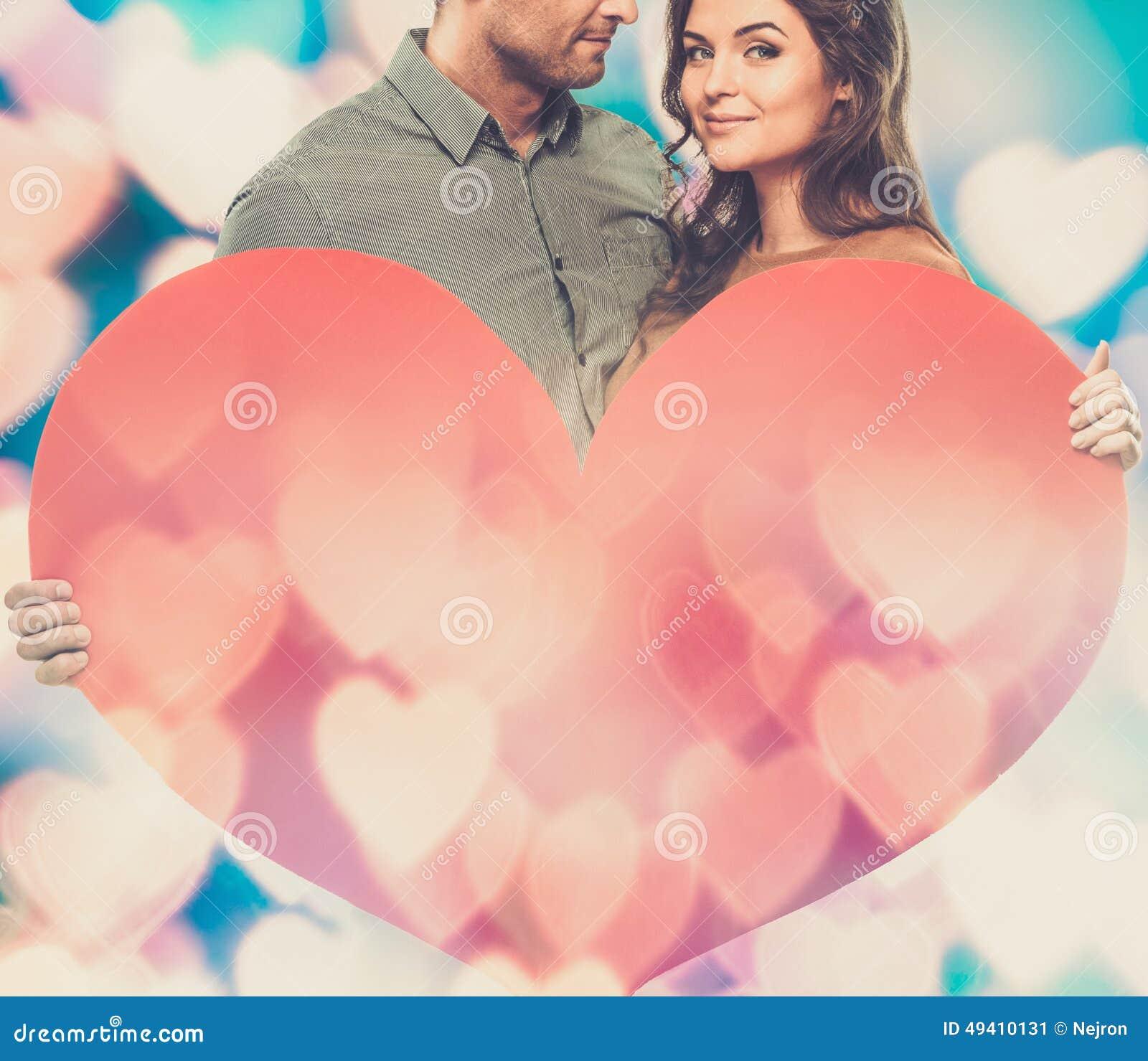 Download Glückliches Paar Mit Papierherzen Stockbild - Bild von baumuster, jahrestag: 49410131