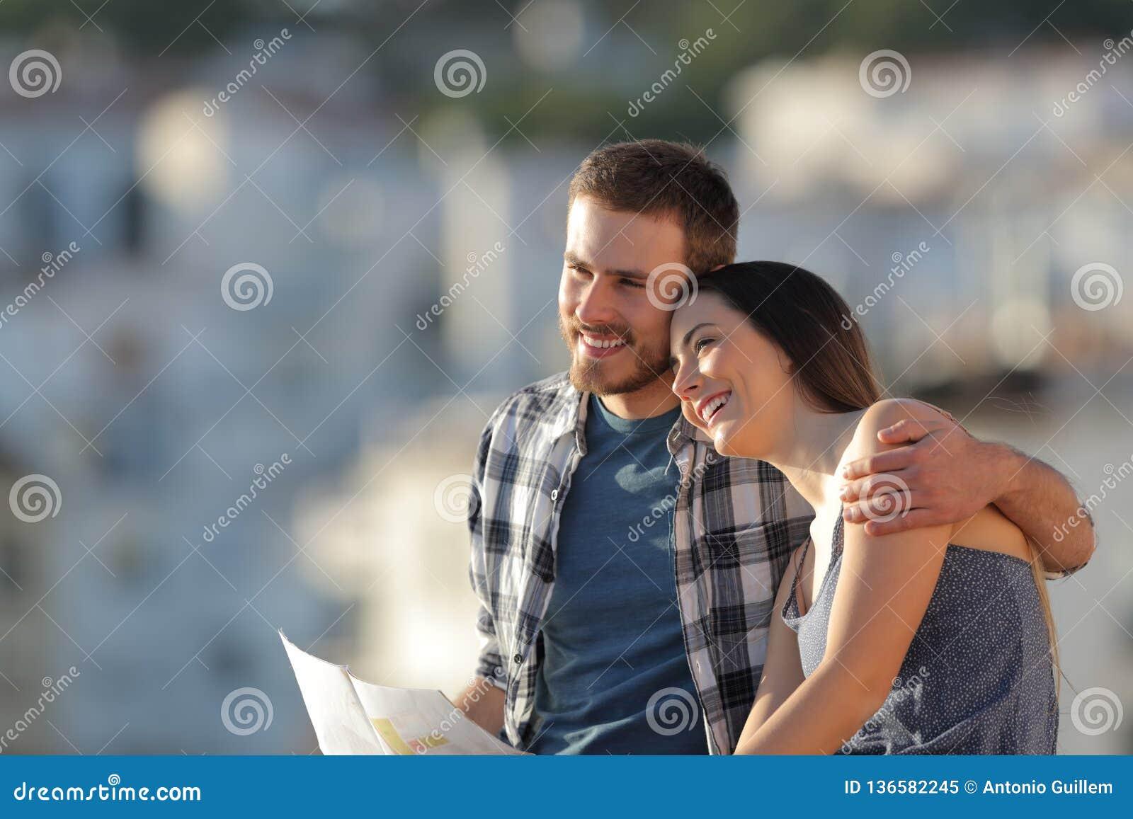 Glückliches Paar von den Touristen in der Liebe Ansichten erwägend
