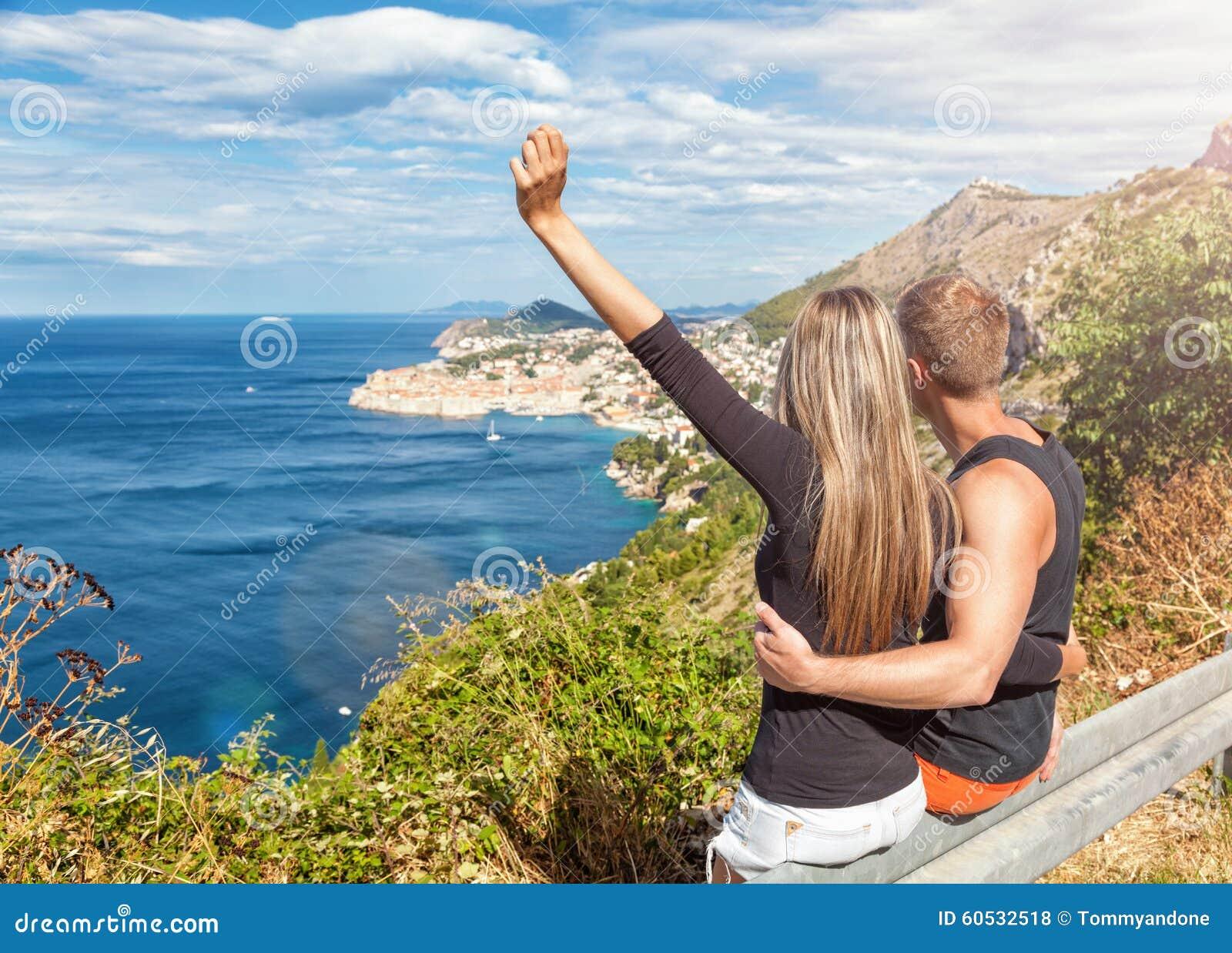 Glückliches Paar, welches die Ansicht von Dubrovnik auf ihren Reisen genießt