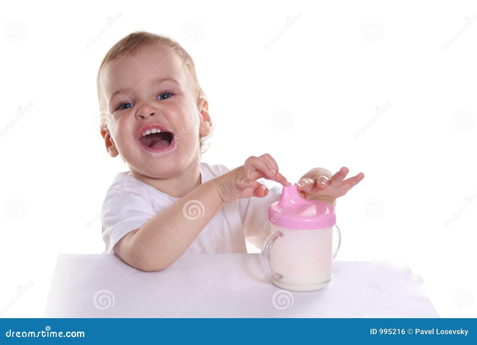 Glückliches Schätzchen mit Milch