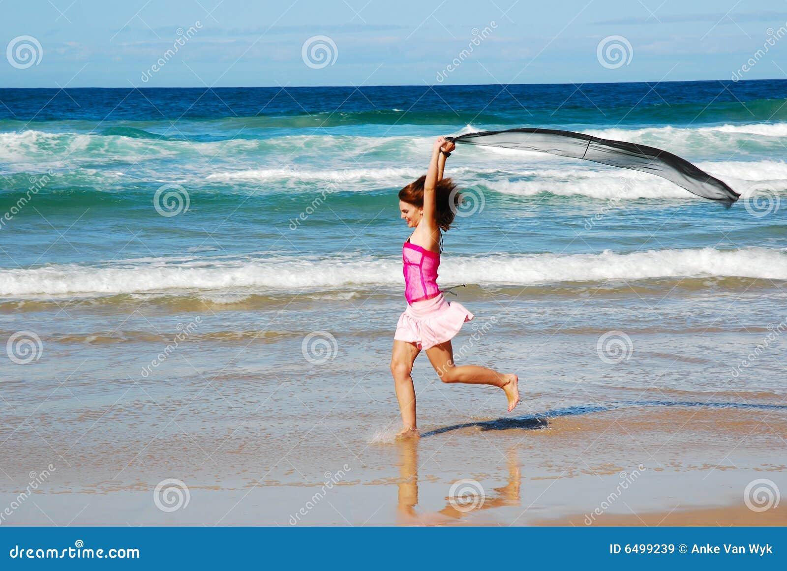 Glückliches Strandspaßmädchen