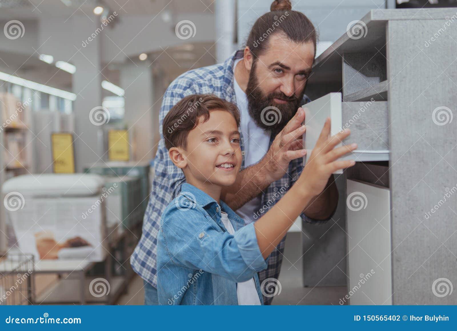 Glückliches Vater- und Sohneinkaufen am Kaufhaus