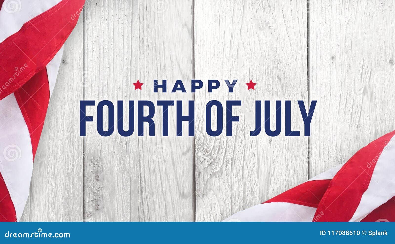 Glückliches Viertel von Juli-Text über weißem Holz und amerikanischen Flaggen