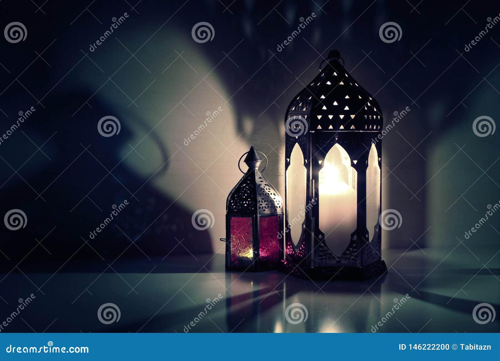 Glühende marokkanische dekorative Laternen auf dem Tisch Gru?karte, Einladung f?r moslemischen heiligen Monat Ramadan Kareem