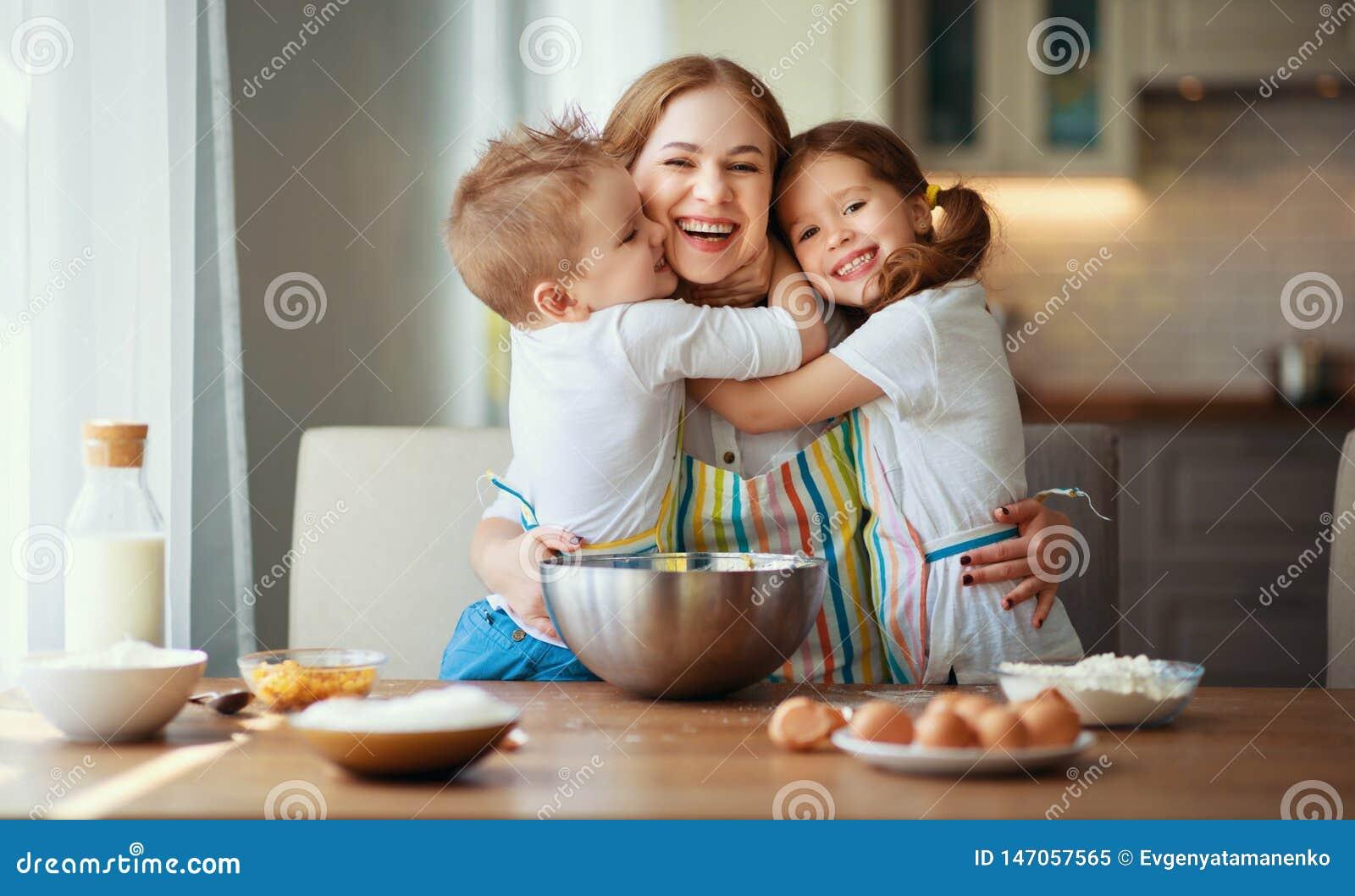 Gl?ckliche Familie In Der K?che Die Mutter Und Kinder, Die ...
