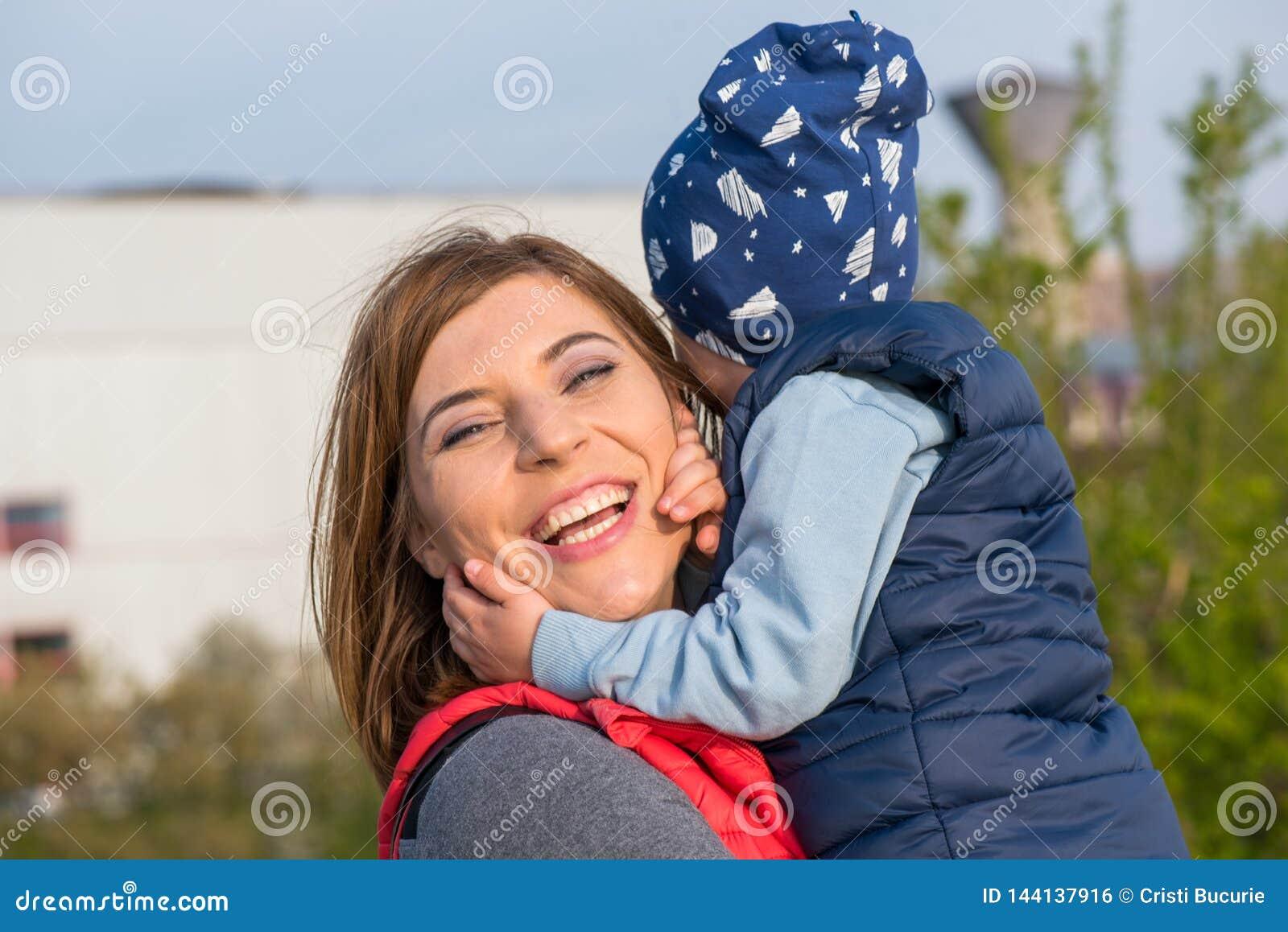 Gl?ckliche liebevolle Familie Mutter- und Kindspielen