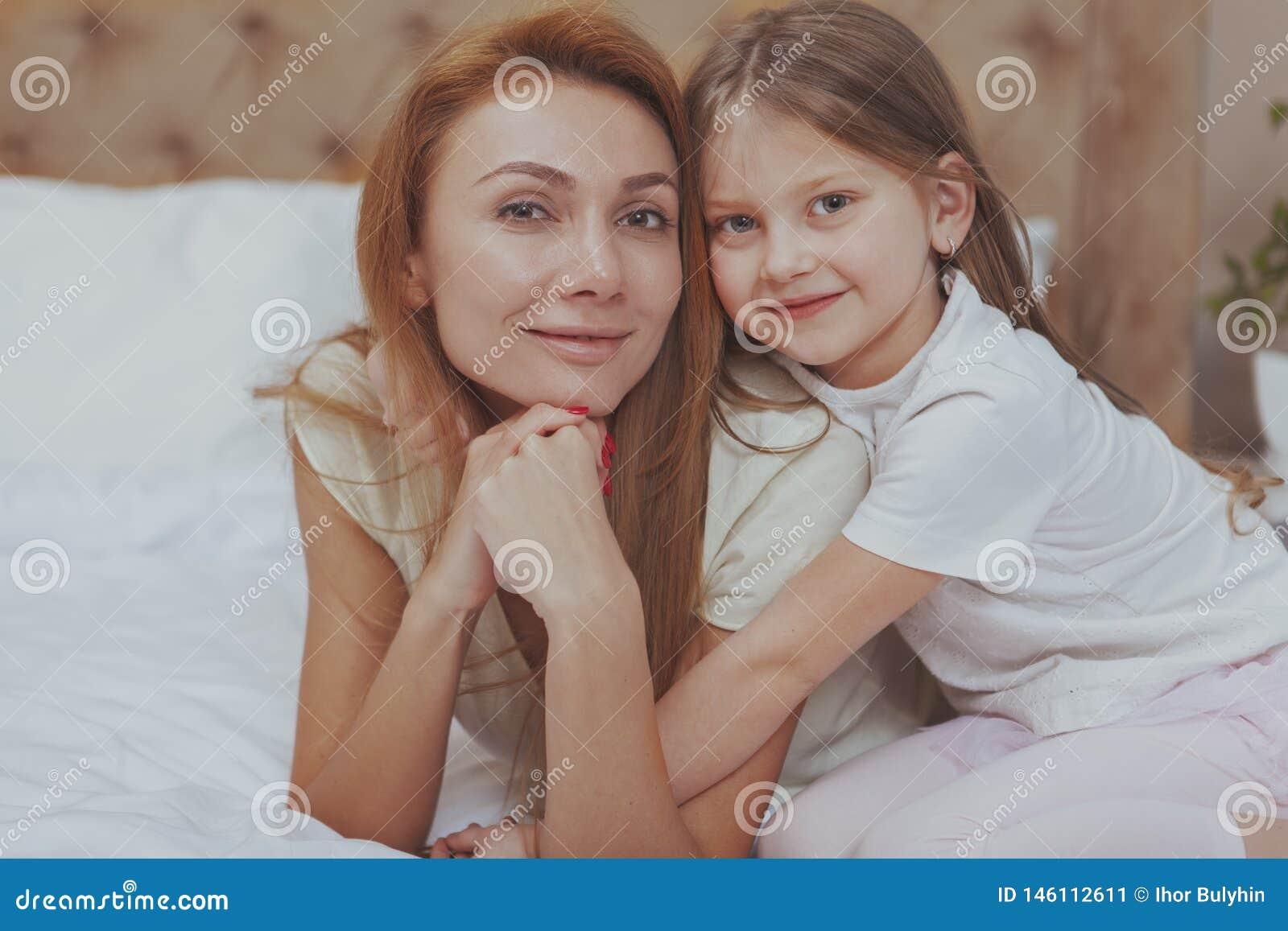 Gl?ckliche Mutter und Tochter, die zu Hause zusammen stillsteht