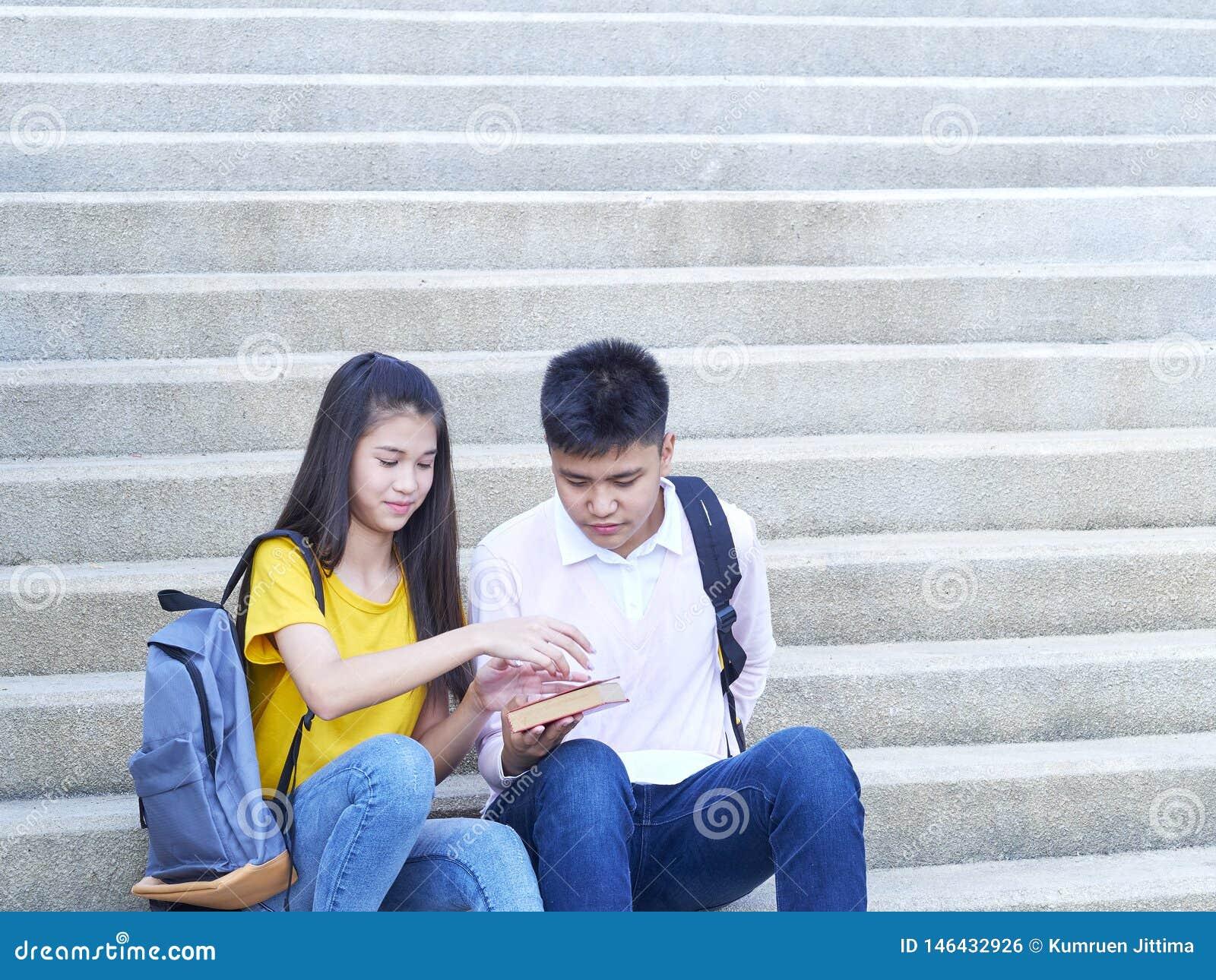 Gl?ckliche Studenten im Freien mit B?chern