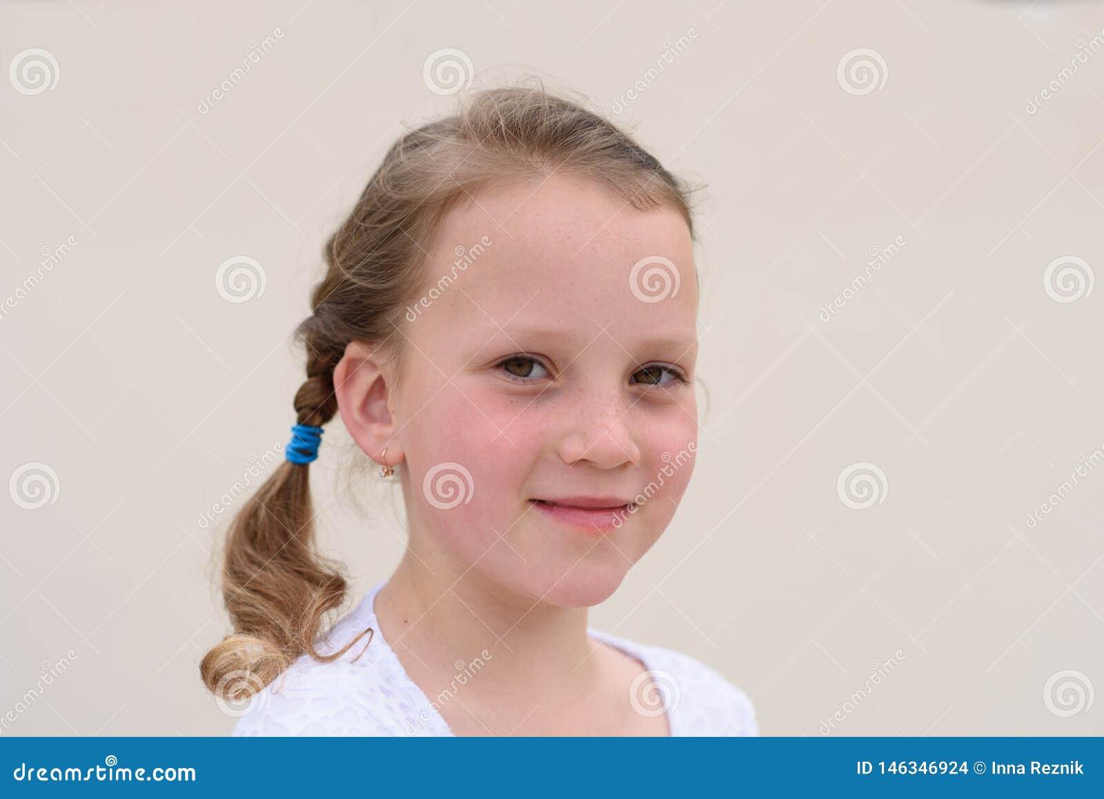 Gl?ckliches Portrait des kleinen M?dchens