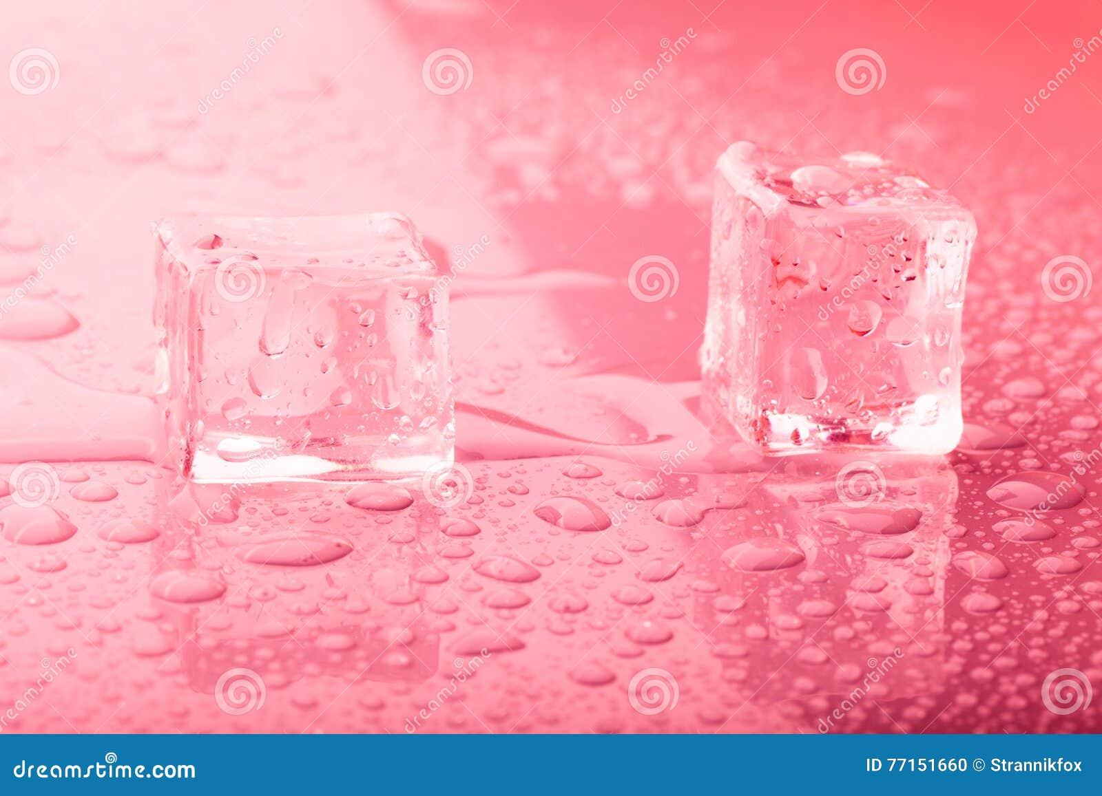 Glaçons sur une table humide Foyer sélectif