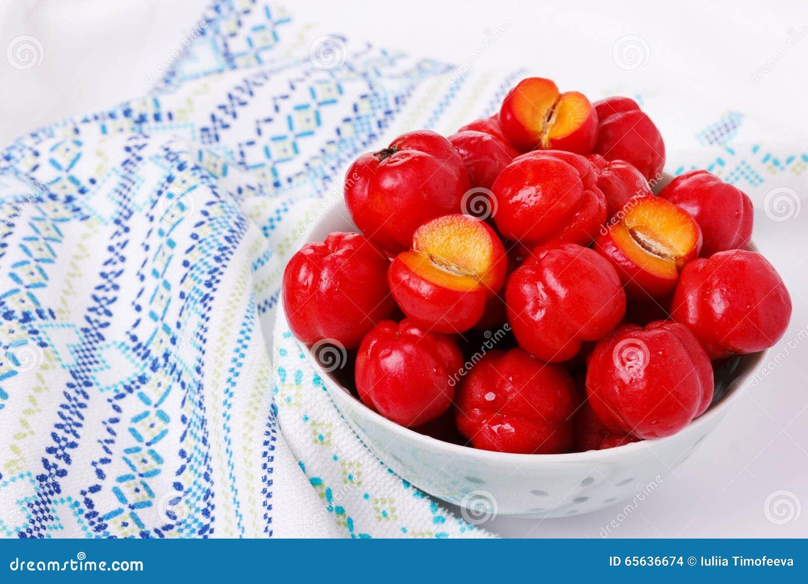 Glabra de malpighie (acerola rouge), fruit tropical dans la cuvette