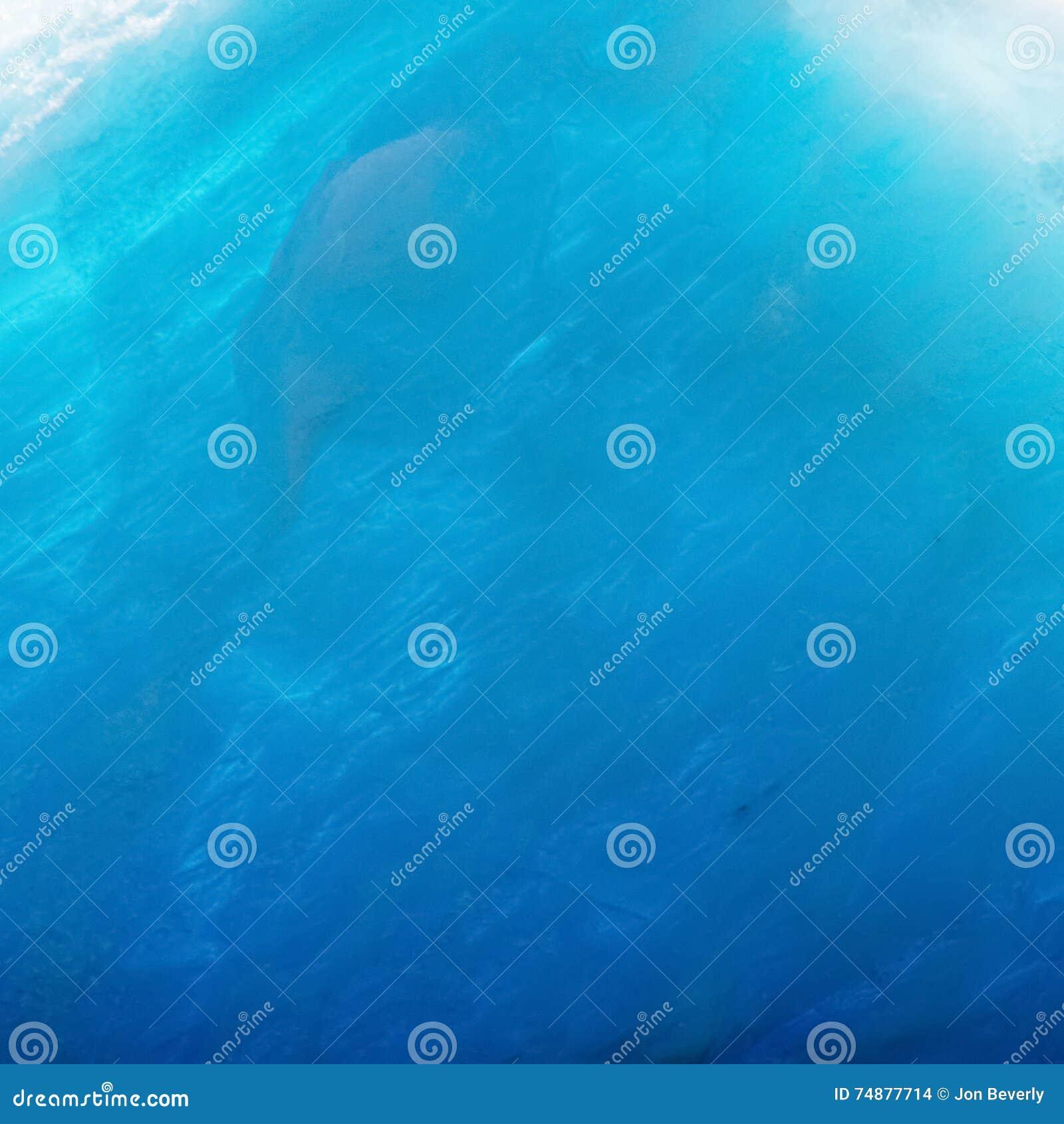 Glace bleue inclinée