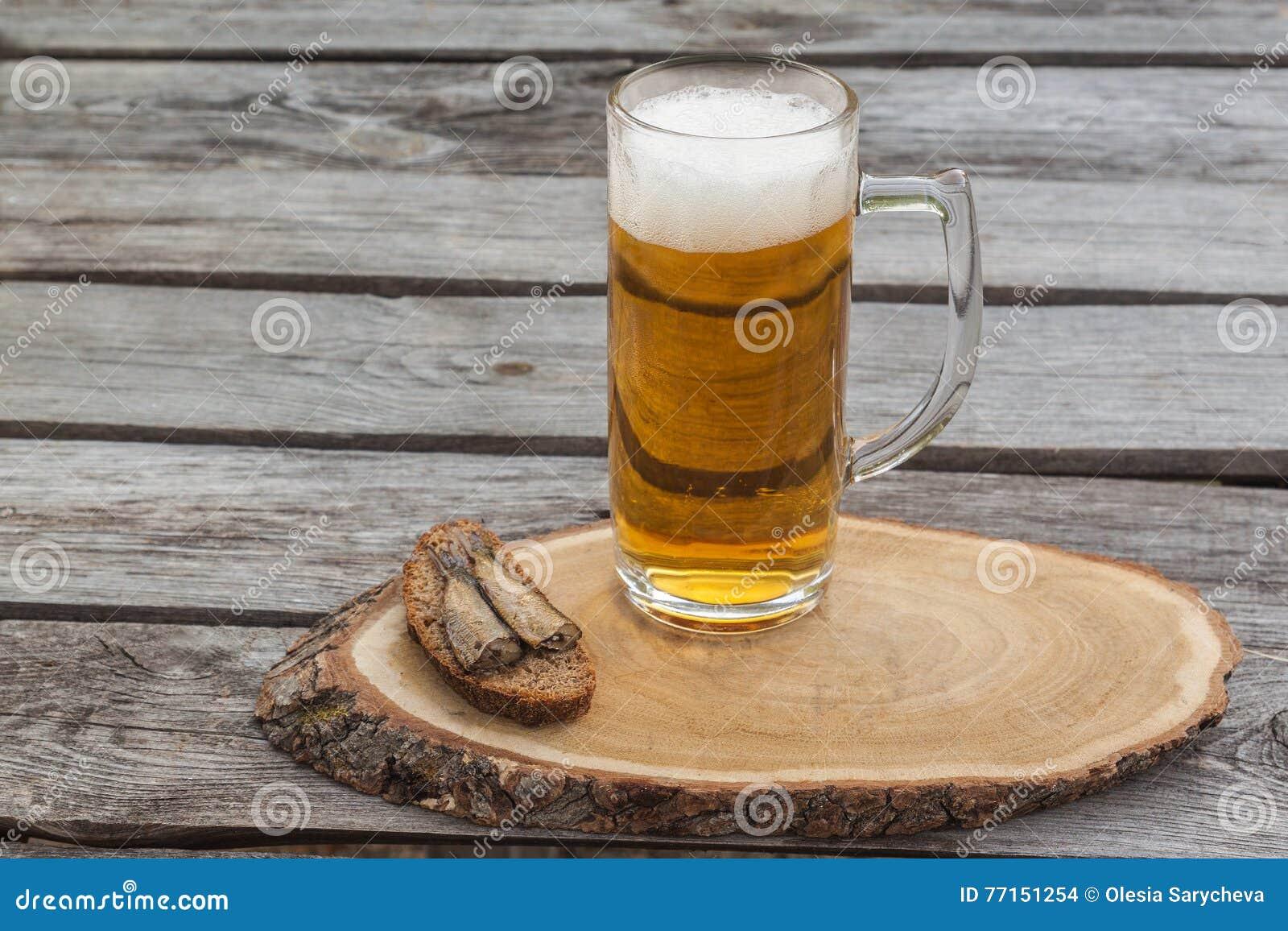 Glace de bière sur une table en bois