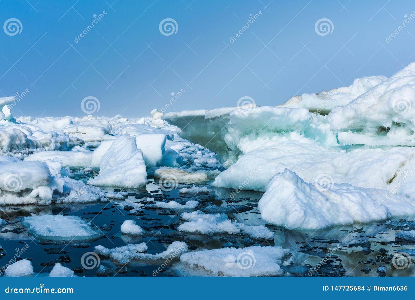 Glace de d?rive en mer pr?s de la glace ar?nac?e de c?te en mer pr?s de la plage