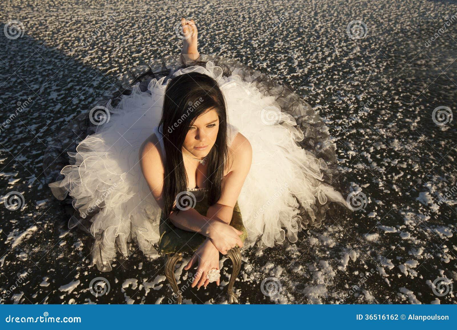 Glace de robe formelle de femme étendue nu-pieds