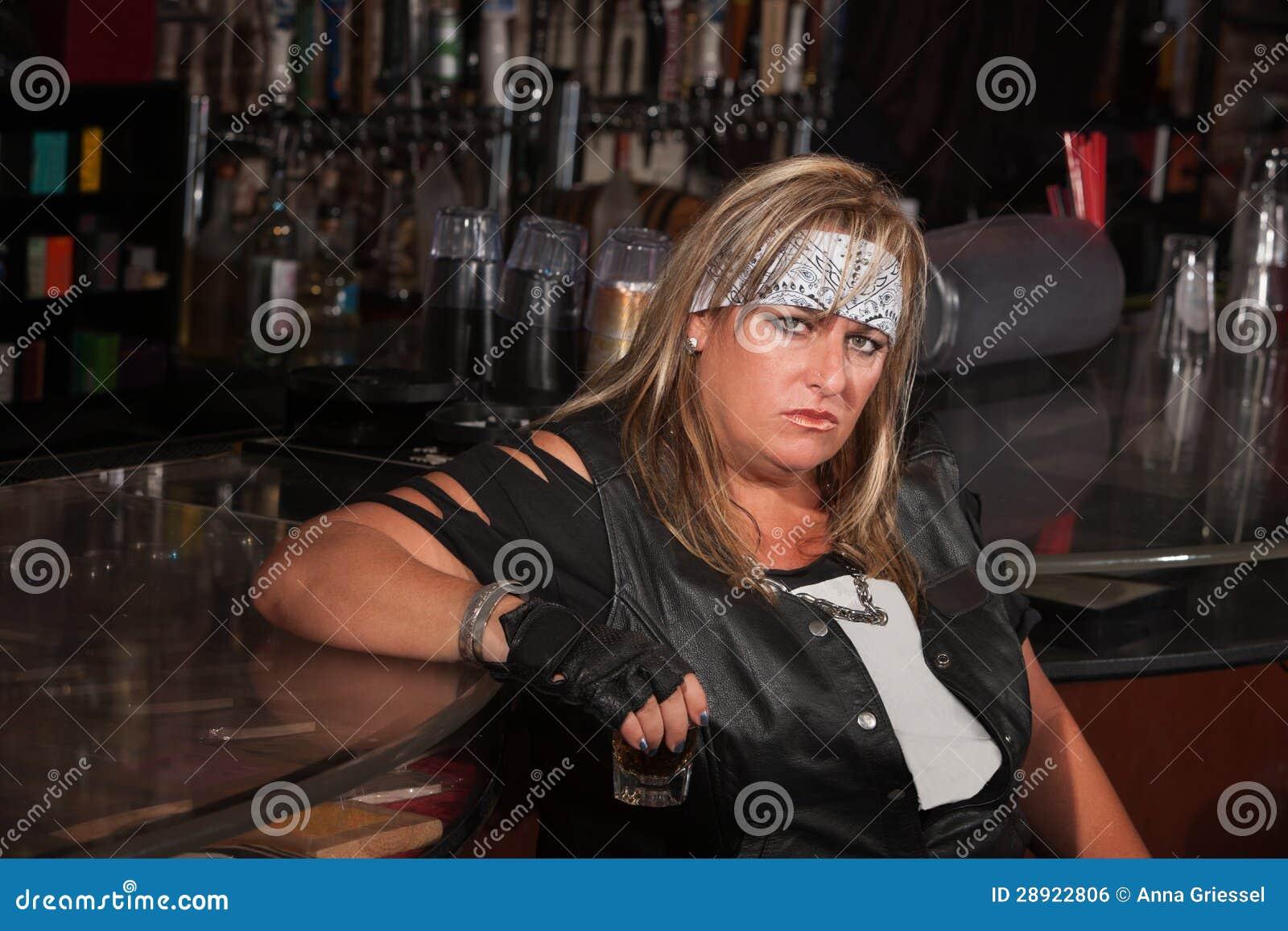 Glace grincheuse de boissons de fixation de femme