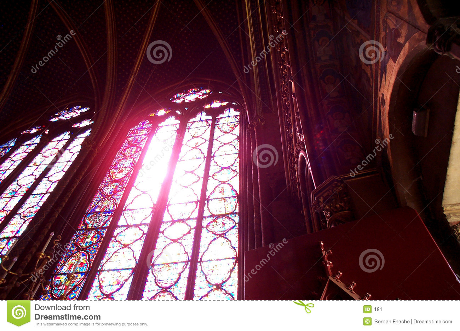 Glace souillée dans le saint Chapelle