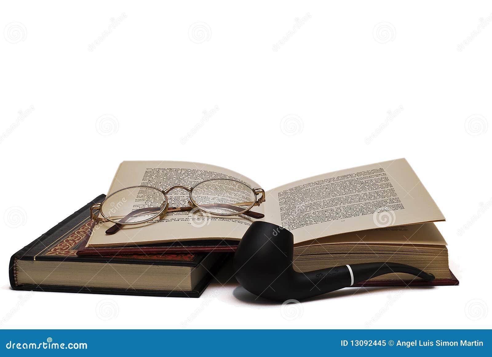 Glaces sur les livres et une pipe.