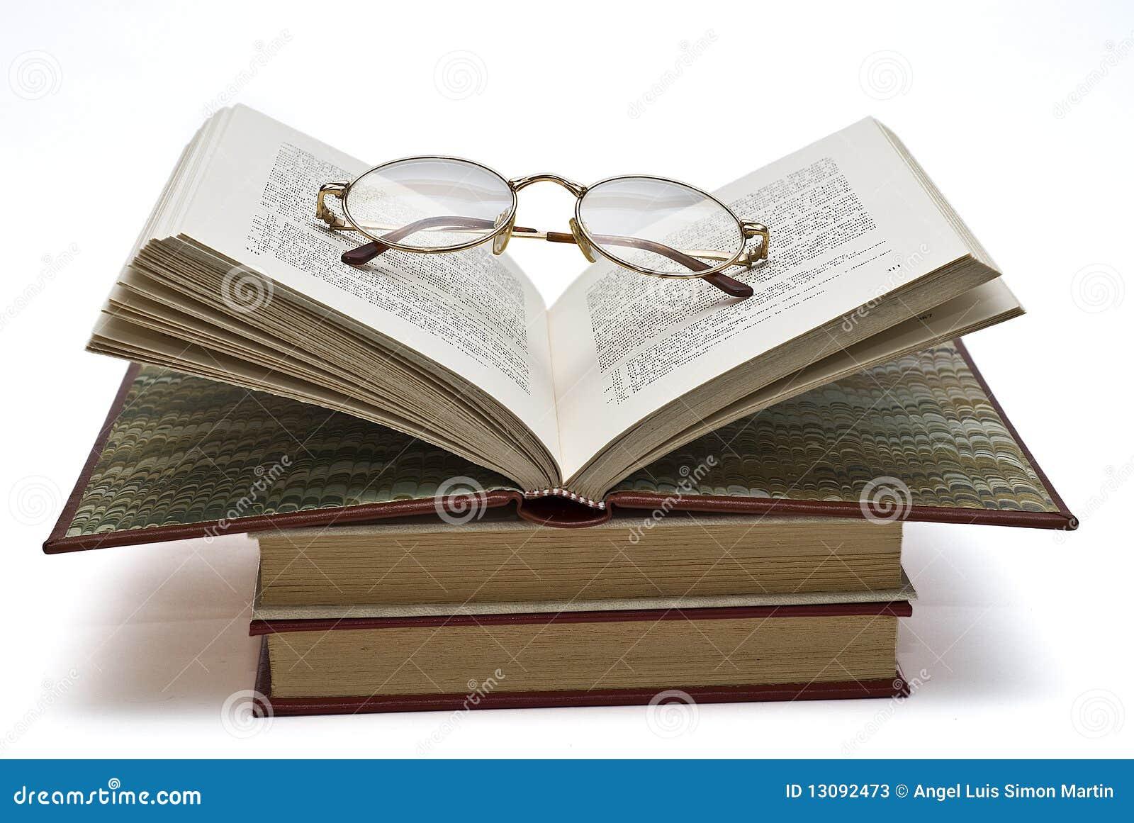 Glaces sur un livre ouvert.