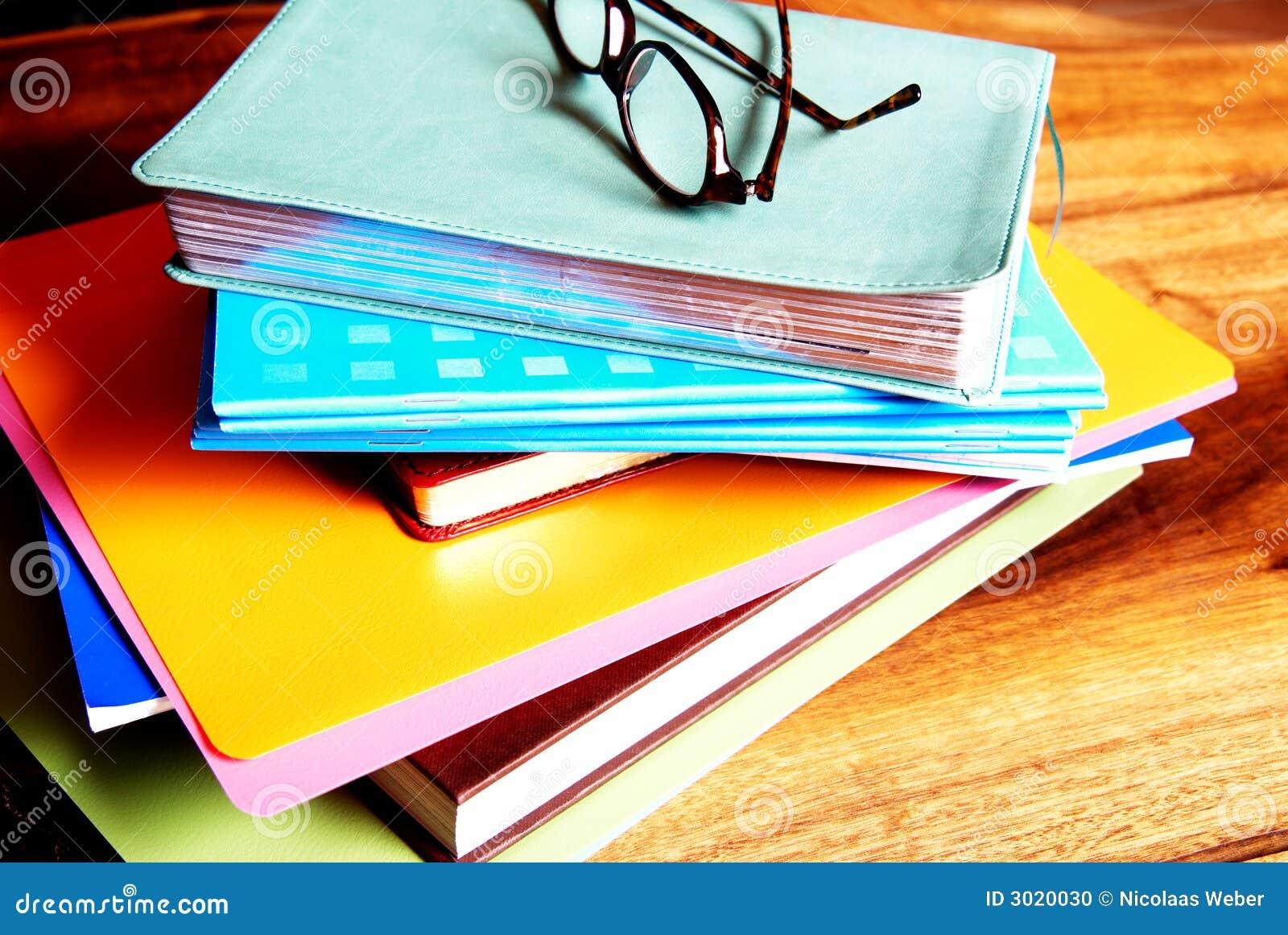 Glaces sur une pile des livres