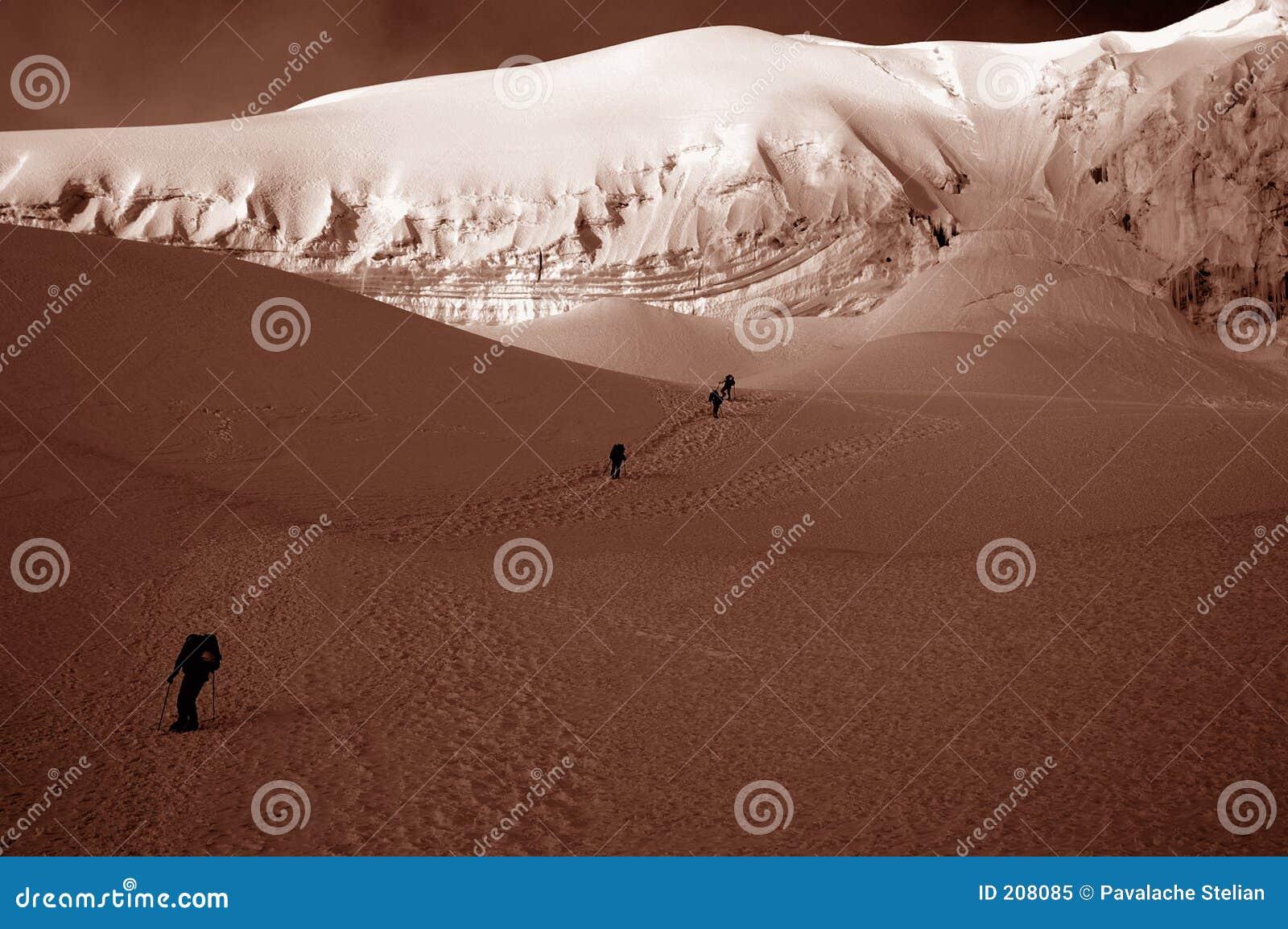 Glaciär för 2 lägerchipicalquivänner nära