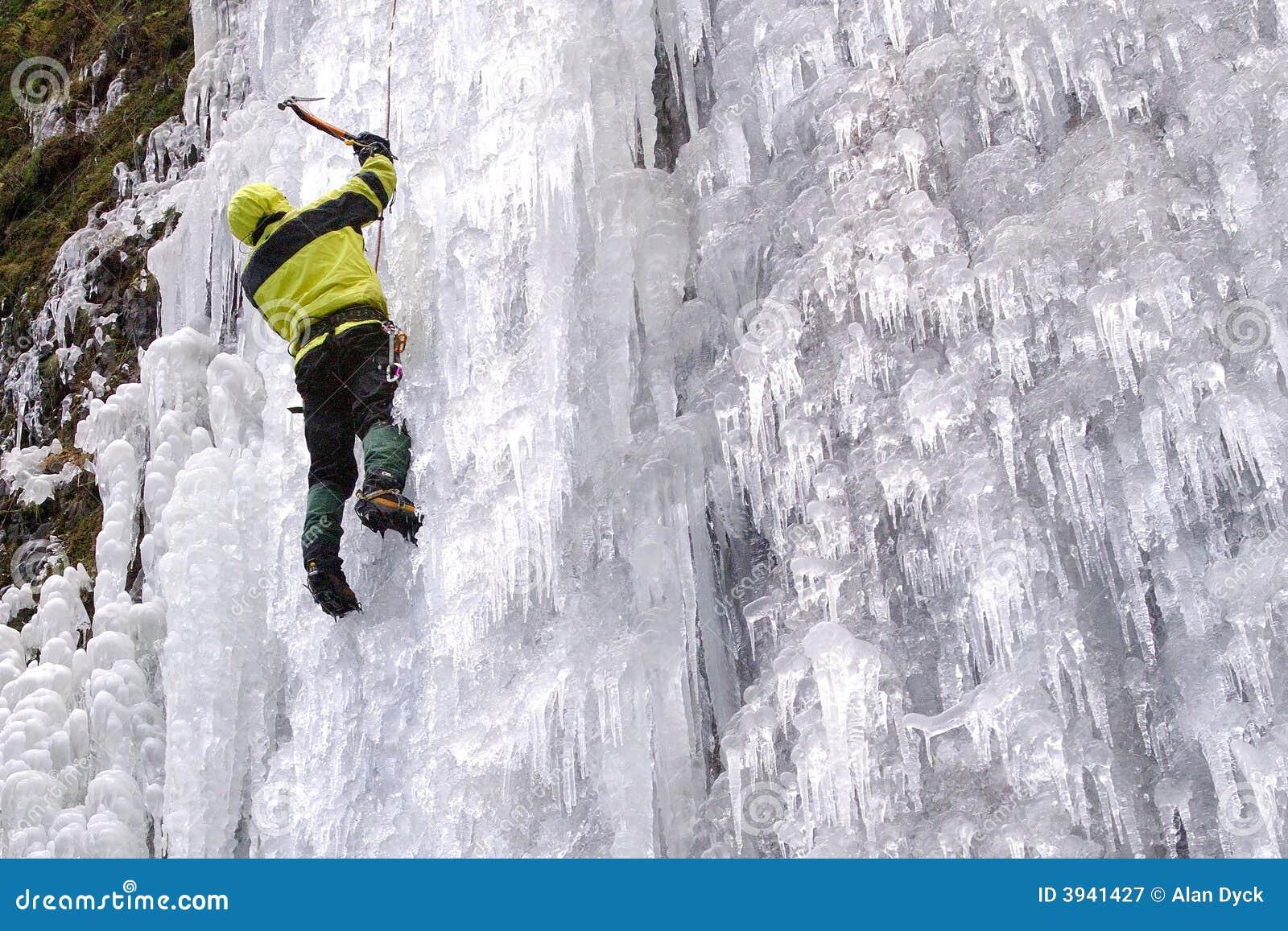 Glaciériste avec la hache de glace