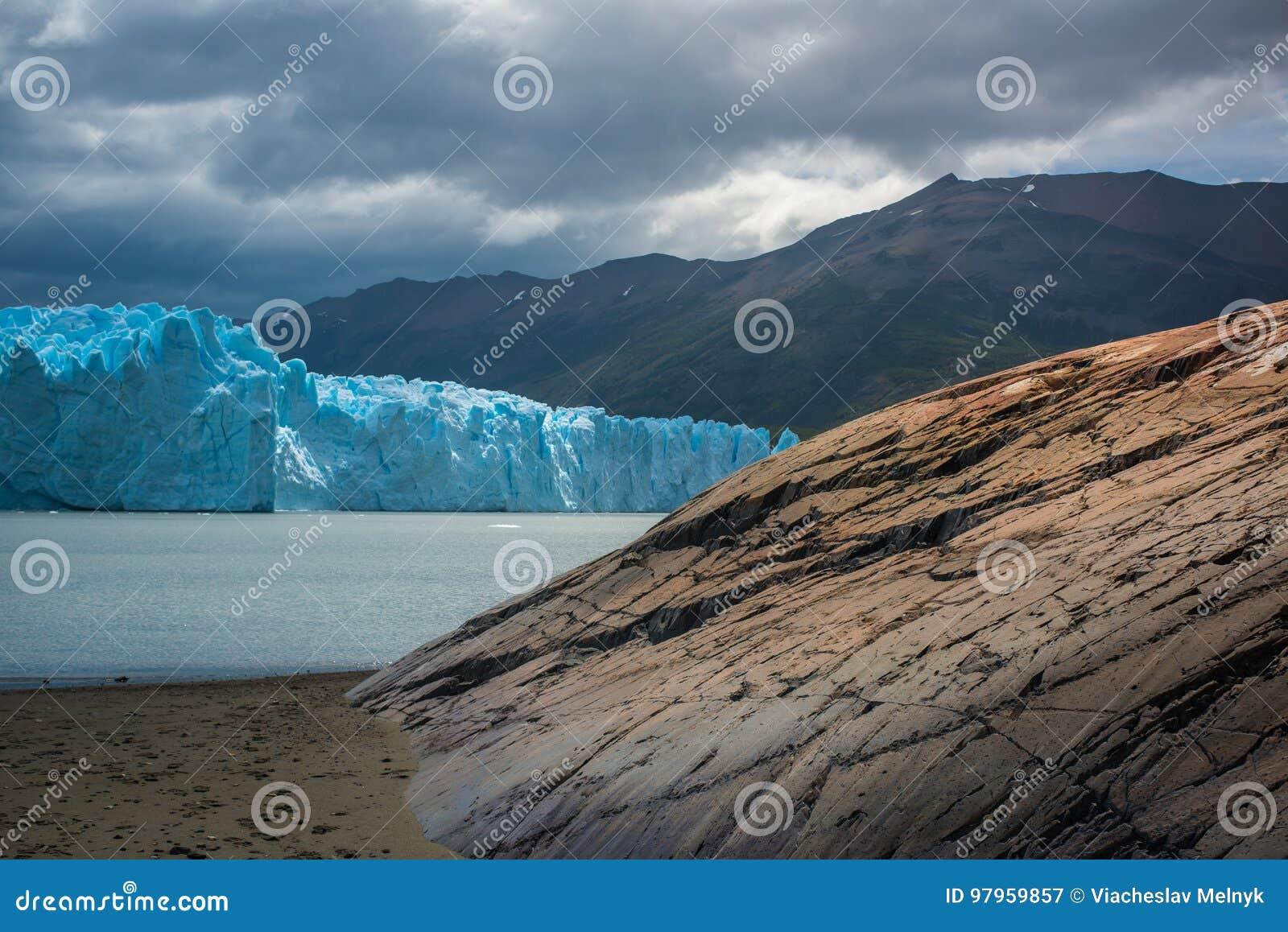 Glacier bleu à l arrière-plan des montagnes près de la baie Shevelev