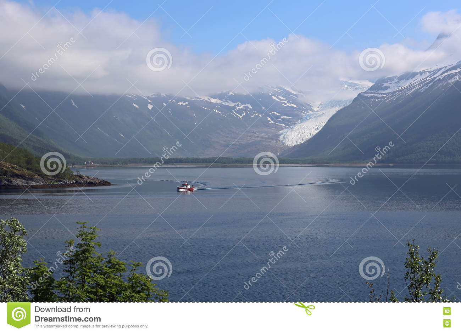 Glacier de Svartisen avec les nuages en hausse en Norvège
