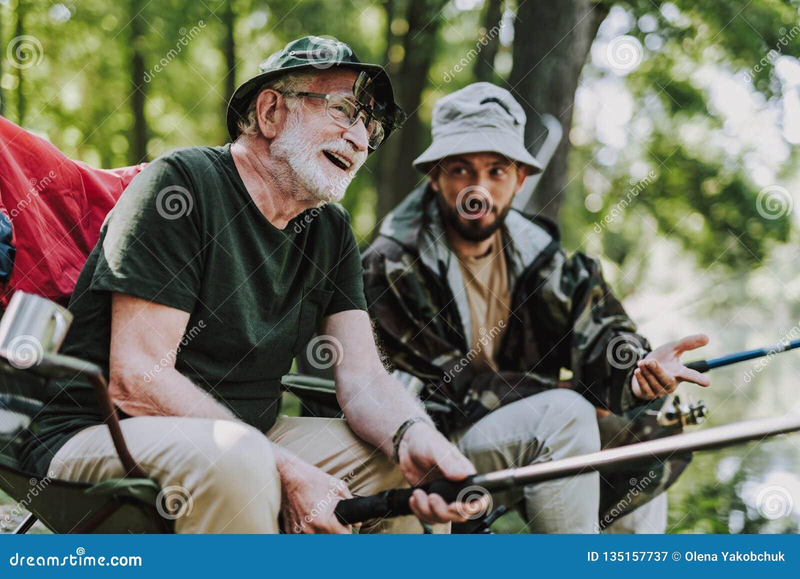 Glad åldrig man som tillsammans fiskar med hans son