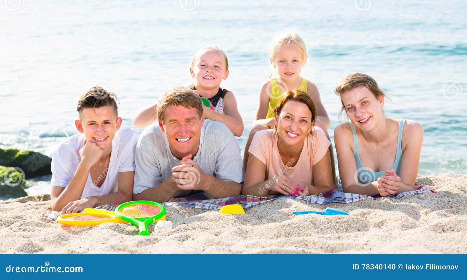 Glad Familj Med Fyra Barn Som Ligger På Stranden Arkivfoto - Bild av ... a587651299dc9