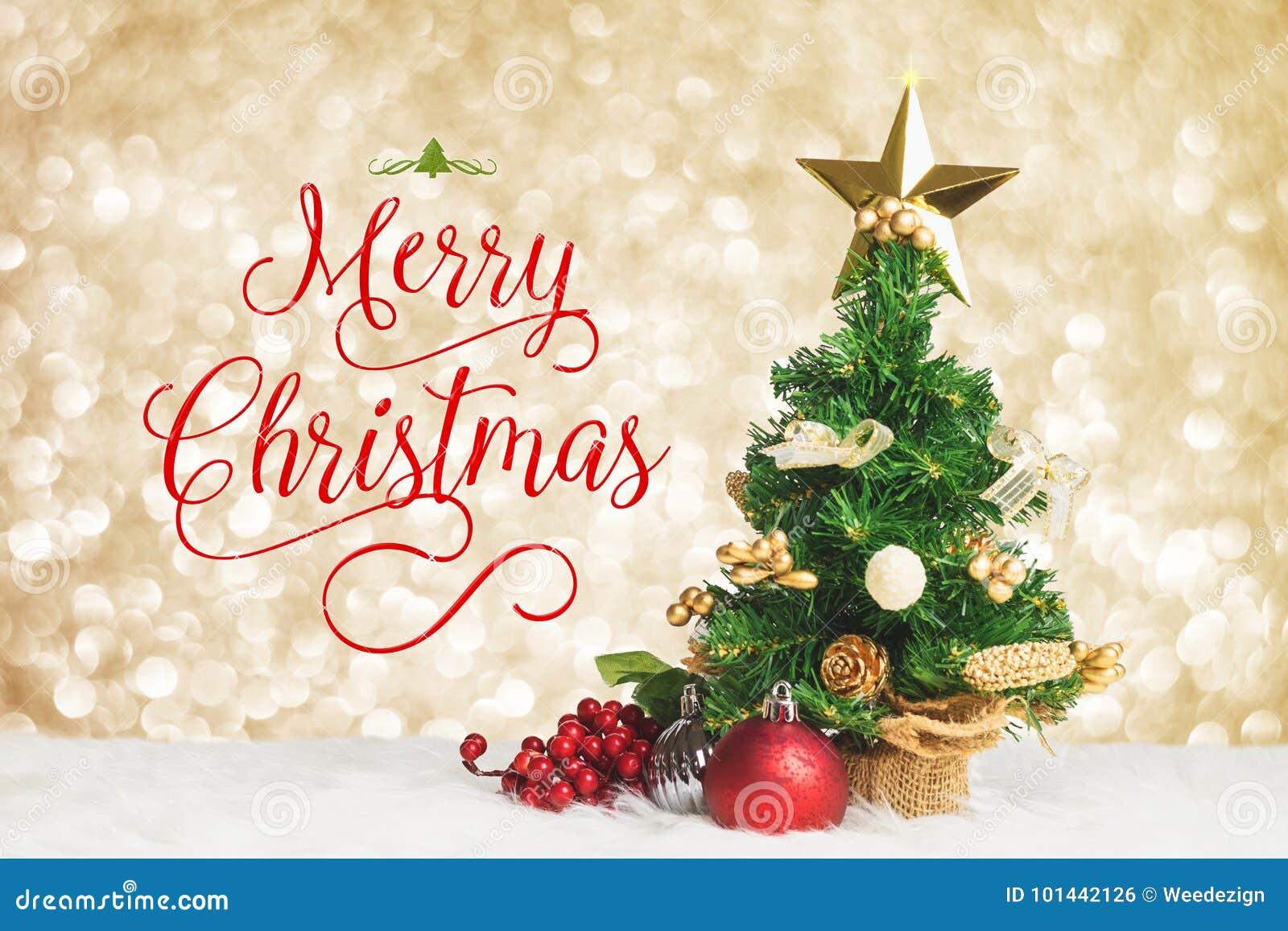 Glad jul arbetar med xmas-trädet med körsbäret och klumpa ihop sig decorat