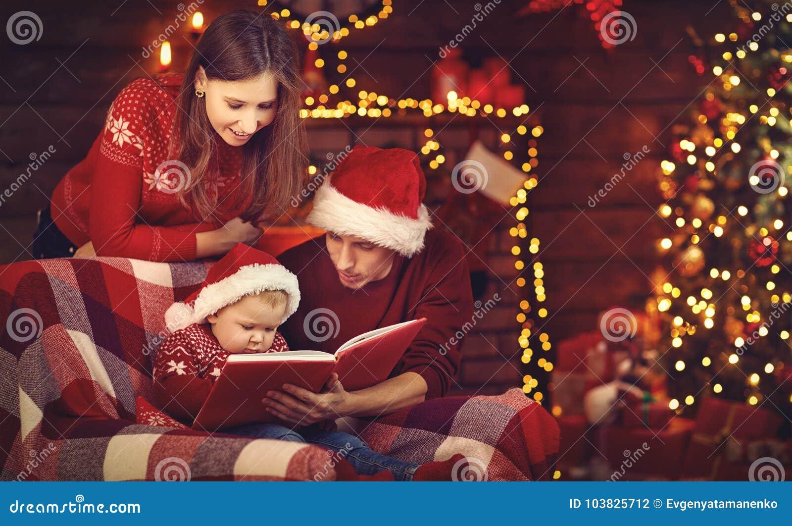 Glad jul! familjmoderfadern och behandla som ett barn den lästa boken nära tr