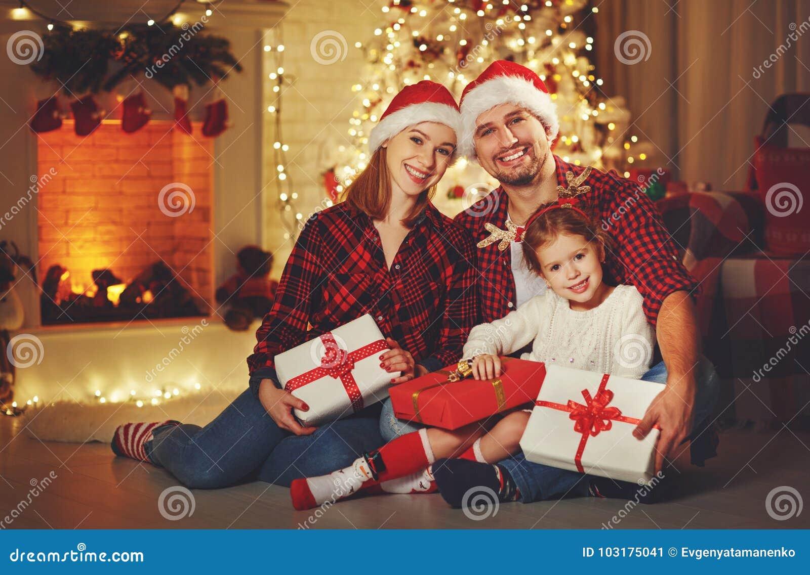 Glad jul! lycklig familjmoderfader och barn med magi