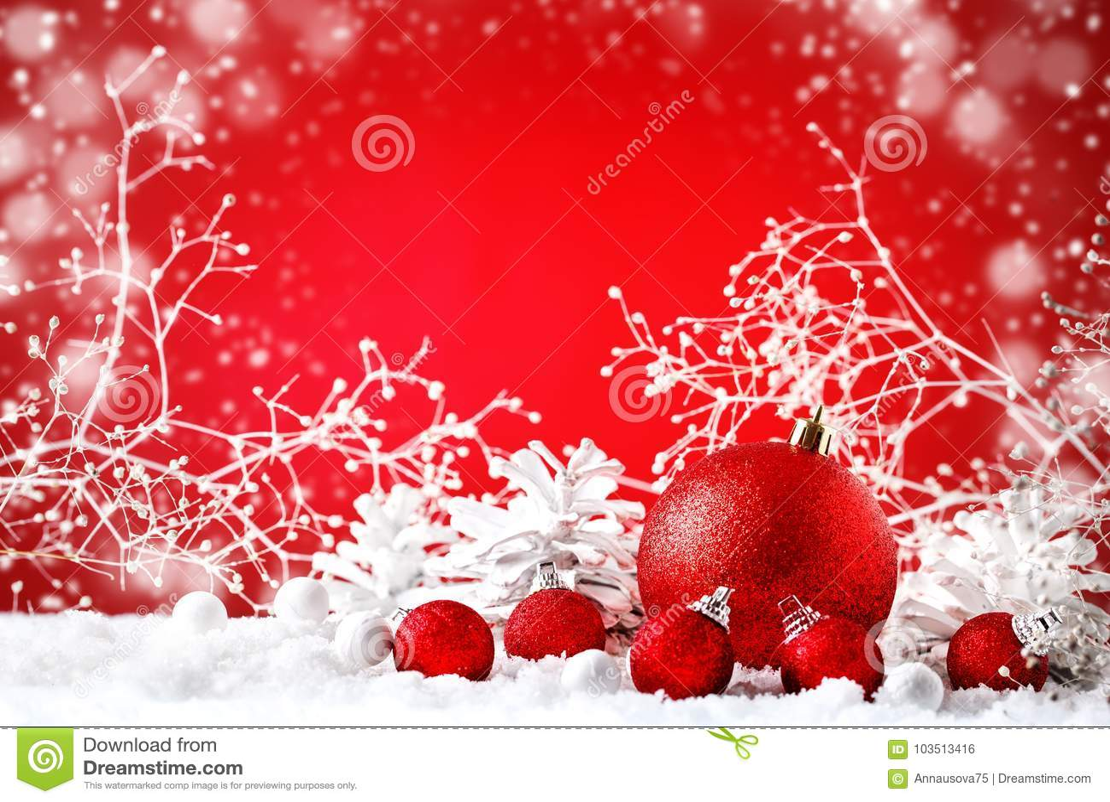 Glad jul och lyckligt nytt år En bakgrund för ` s för nytt år med garneringar för nytt år, bakgrund med kopieringsutrymme