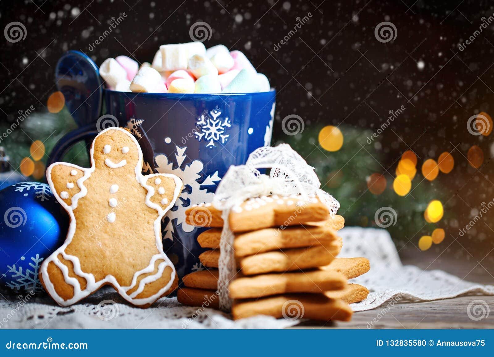 Glad jul och lyckligt nytt år Koppkakao, kakor, gåvor och gran-träd filialer på en trätabell Selektivt fokusera