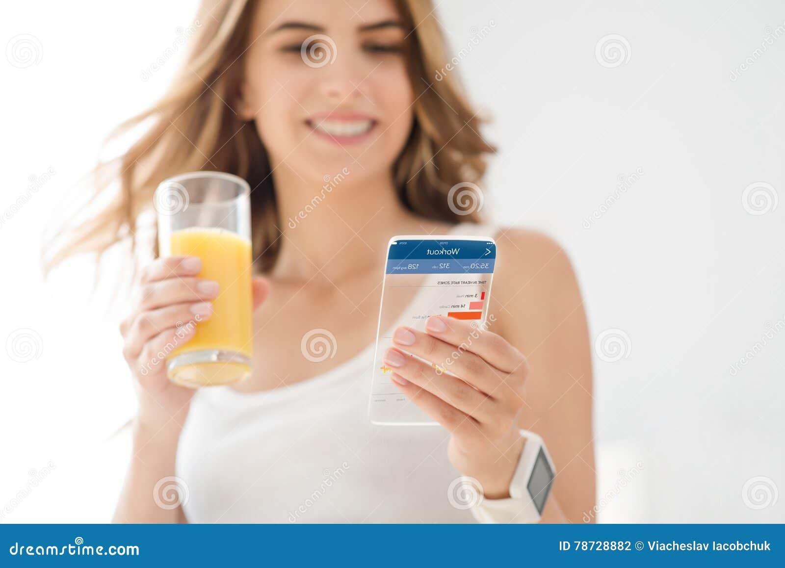 Glad kvinna som använder mobiltelefonen