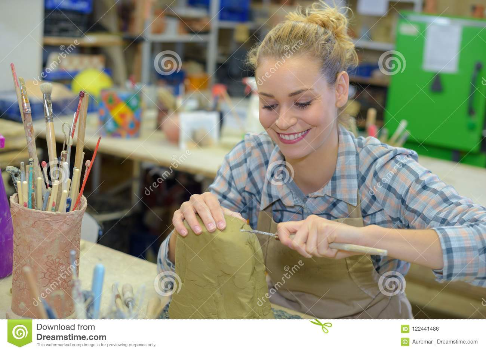 Glad kvinnlig konstnär på arbete