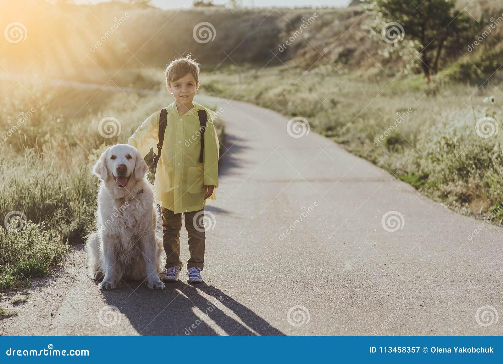 Glad liten unge som går med hans husdjur