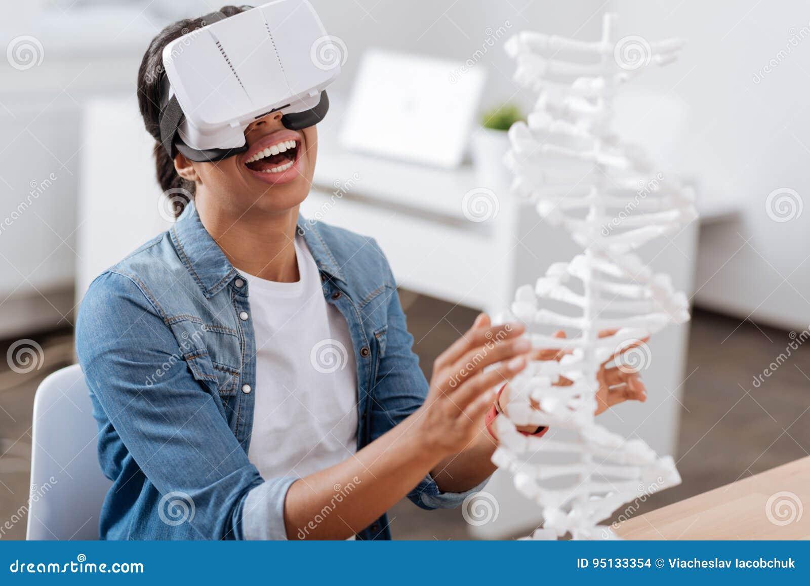 Glad Smart Student Som Studerar Genetik Arkivfoto - Bild av ... b753bb2460b8e