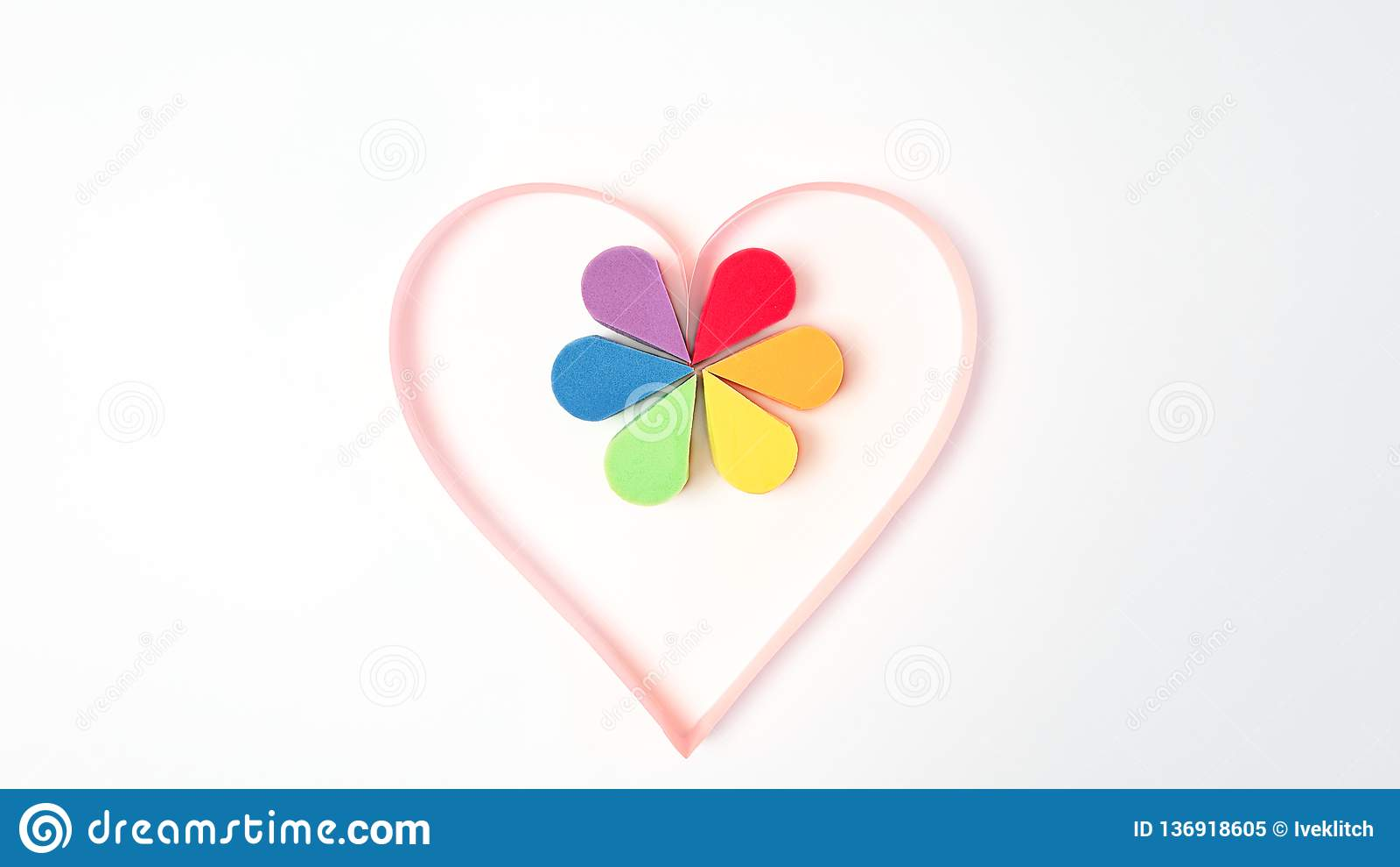 Glad stolthet, homosexuell person, valentin dag och lgbtbegrepp - rosa pappers- hjärta och färgrika sminkskönhetsmedelsvampar i r