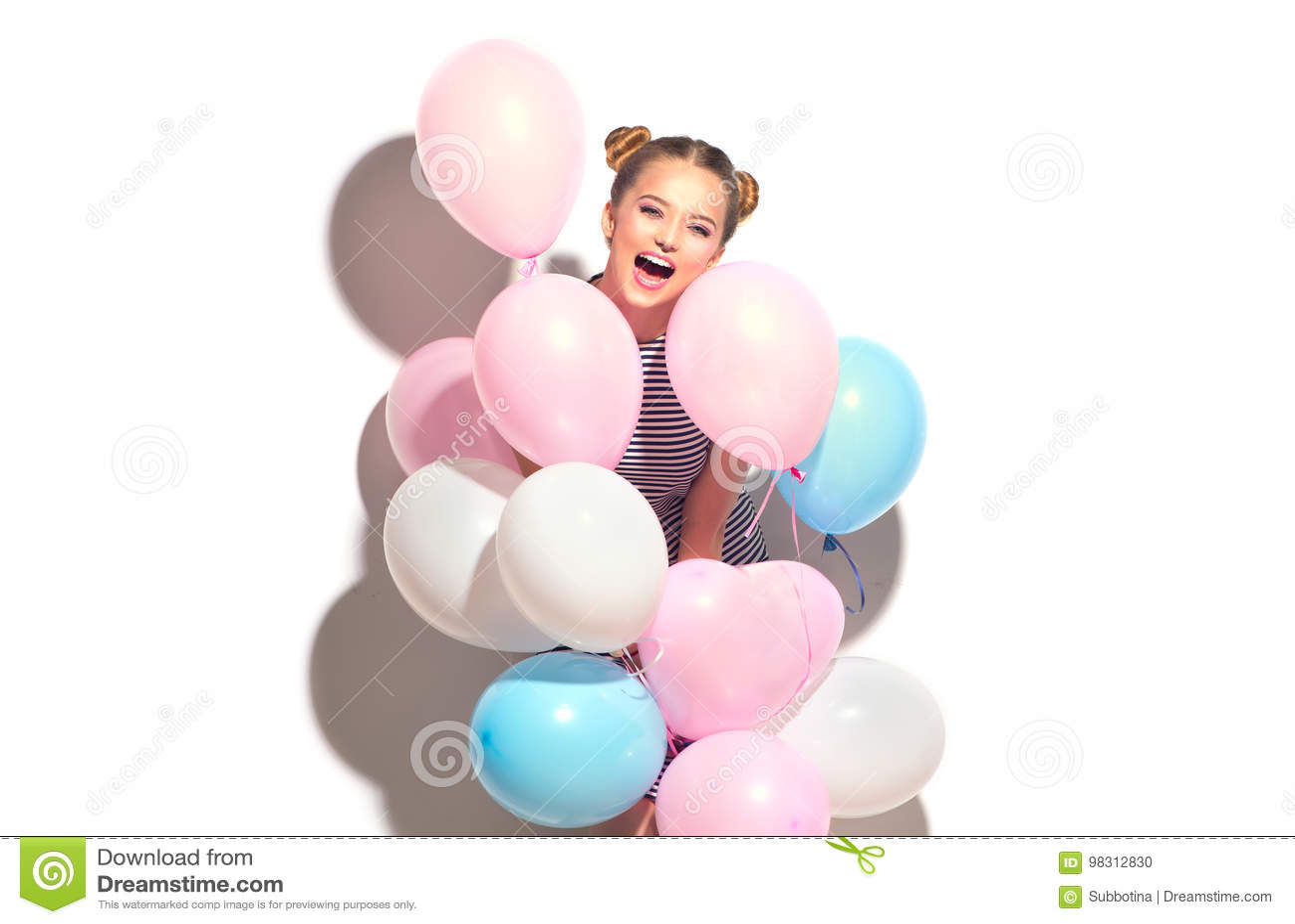 Glad tonårs- flicka för skönhet med färgrika luftballonger som har gyckel cb536a116aafb
