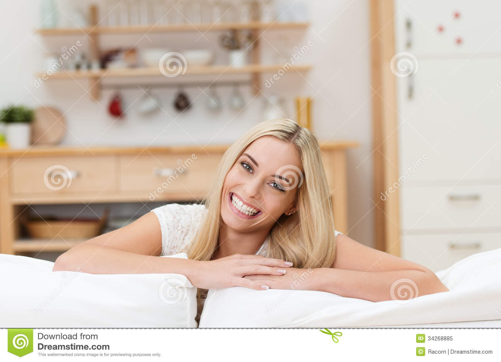 Glad ung blond kvinna