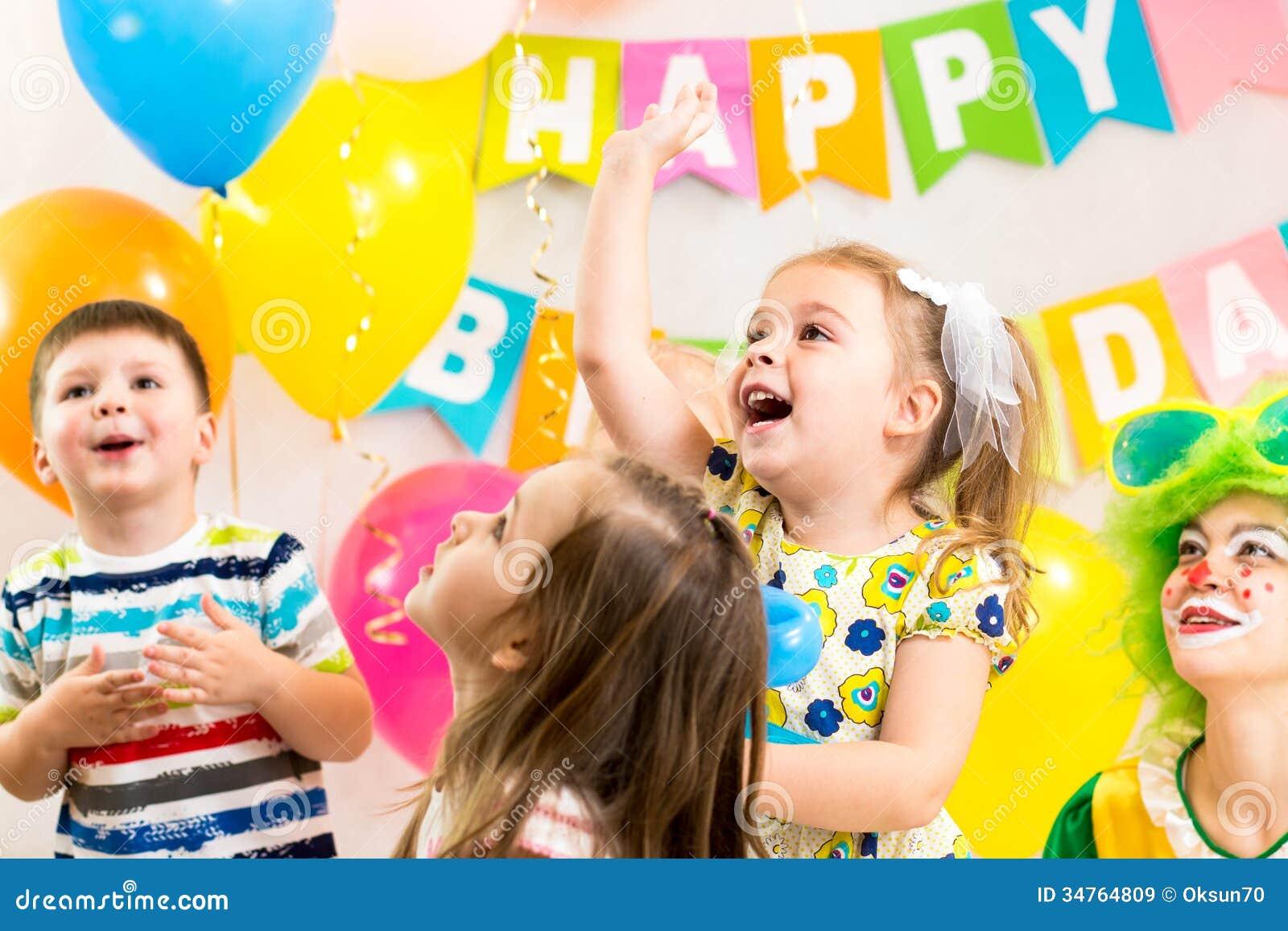 Glad ungegrupp som firar födelsedagpartiet