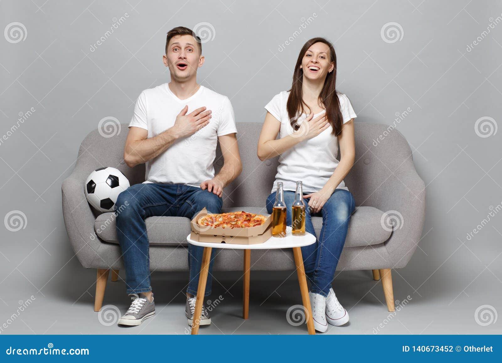 Glade fotbollsfan för parkvinnaman i den vita t-skjortan hurrar upp det favorit- laget för service, sjunger psalmen med handen på